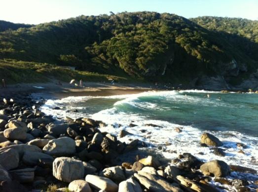 E, antes de ir embora, dar uma passadinha tranquila Praia José Gonçalvez, que tem muito mais pedras que gente :)