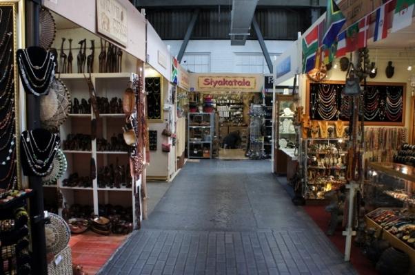O mercado de artesanato do Waterfront tem todo tipo de africanidades