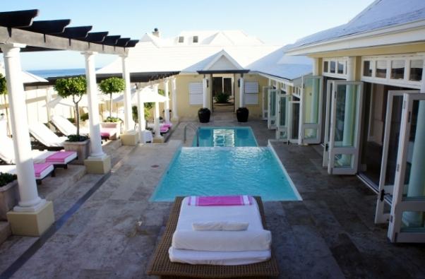 A piscina fica no pátio interno da casa